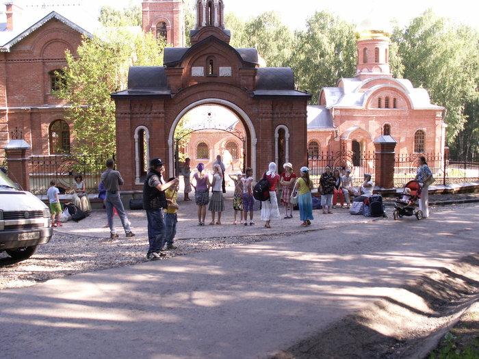 Сбор возле храма (фото А. Коргатова)