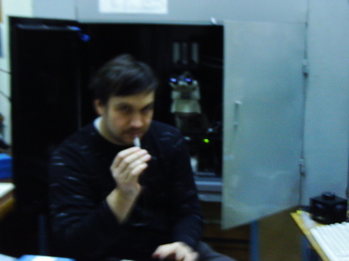 Роман Романов за работой в лаборатории