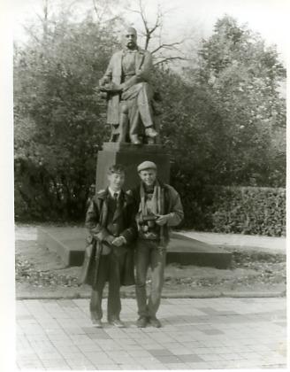 Я, И.А. Гончаров (памятник), Костя Ляхов (справа)